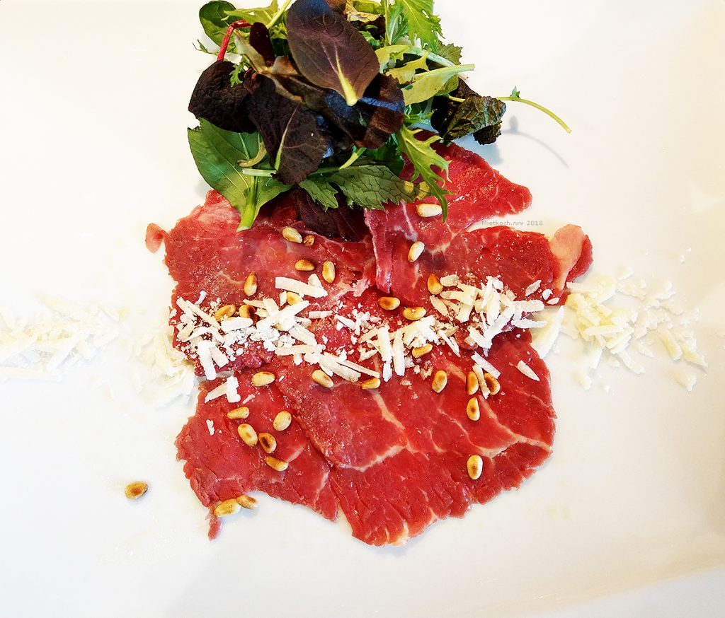 Rohes Rinderfilet mariniert mit Limette und Olivenöl, Parmesan, geröstete Pinienkerne und Salatbouquet