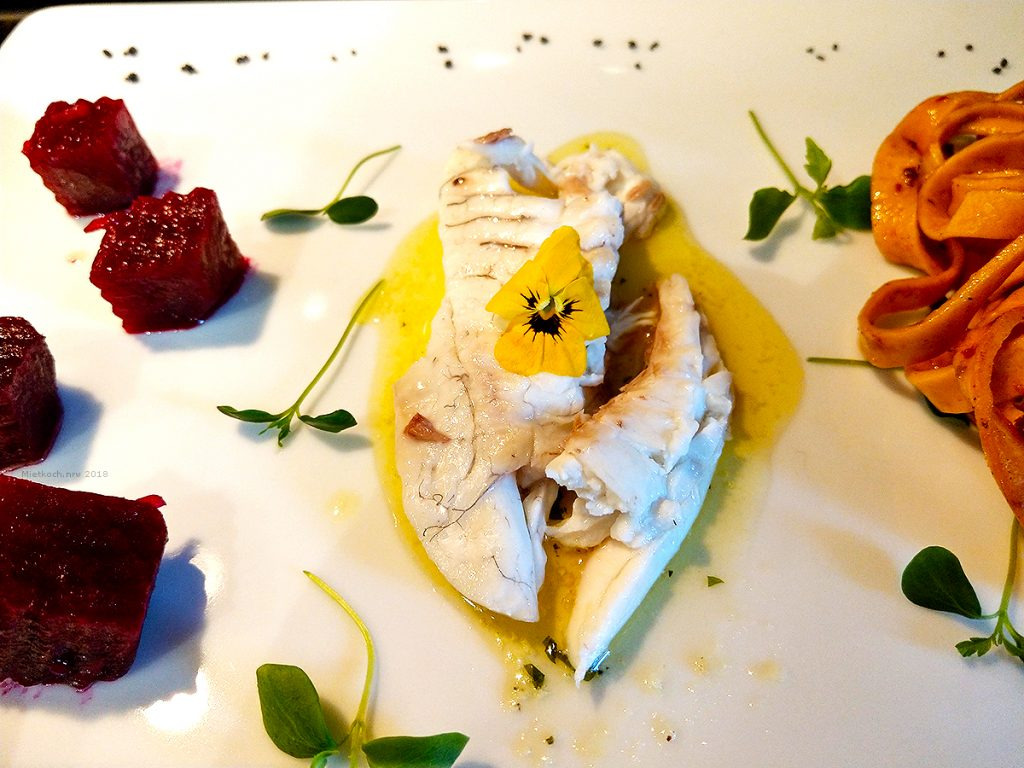 Ganze Dorade, im Salzmantel gebacken, dazu reichen wir eine provencalische Kräuterbutter, einen Salat von Roter Beete und hausgemachte Bandnudeln von getrockneten Tomaten