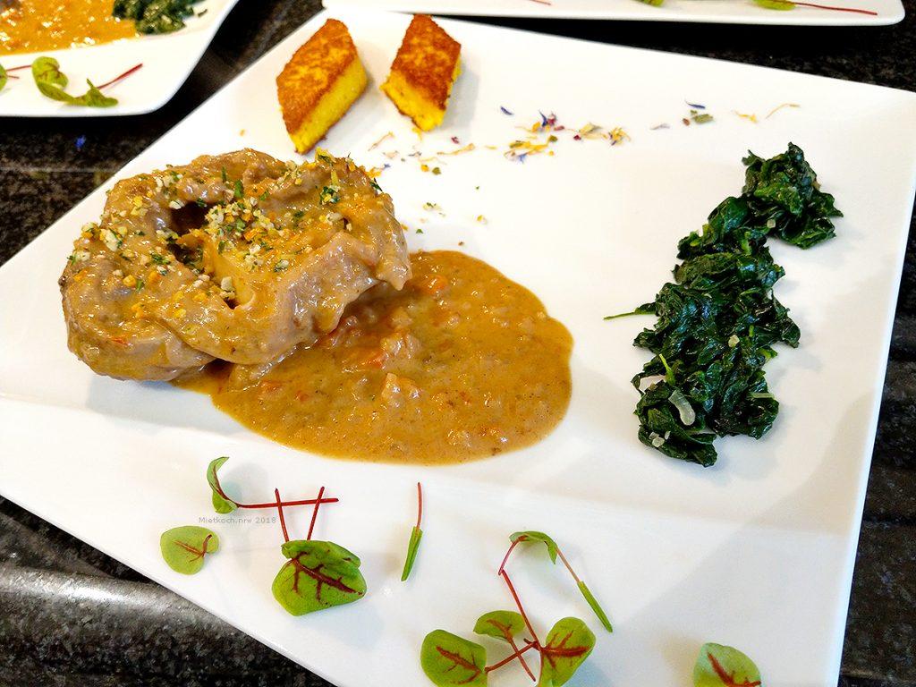 """Osso Buco """"Cremolata"""", geschmorte Kalbsbeinscheibe, mit Blattspinat und gebratenen Polenta-Talern"""